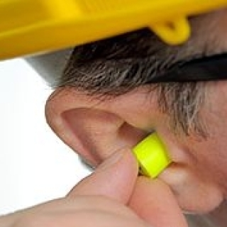 Man_inserting_earplugs
